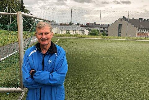 BALLSPILL: Svein Skonnord skal ha sin del av æren for at Gjøvik videregående skole har egen utendørs fotballbane, basketballbane og volleyballbane.