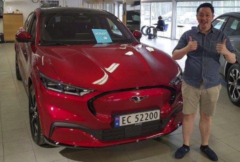 I STØTET: Ford Mustang Mach-E er en av flere nye elbil-modeller som har kommet i år. Den har i sommer vært mestselgende på landsbasis. Her mottar Hai Phuoc Le bilen hos Sulland Amsrudvegen, som en av de første i Gjøvik.FOTO: TILSENDT