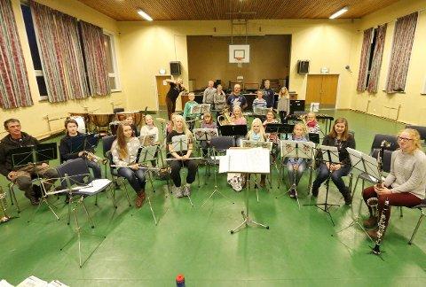 Ivrige: De unge musikerne samlet til siste øvelse i aulaen på Ski skole tirsdag kveld.   FOTO: STIG PERSSON