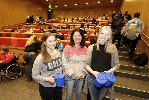 GODT FORBEREDT: Det var kickoff i auditoriet onsdag. Fra venstre Vilde Haugen Østraat, Lene Aarnes fra SOS Barnebyer og Andrea Vågen. FOTO: STIG PERSSON