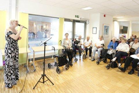 TRIVELIG: Marian Aas Hansen fikk god kontakt med publikum på Finstadtunet.   FOTO: STIG PERSSON