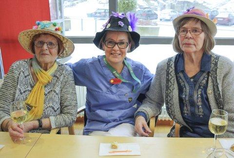 HATTEFINE: Edit Hestdal, Marianne Kristiansen og Anna Warvik har pyntet til hattekarnevalet på Greverud sykehjem. FOTO: VIVI RIAN