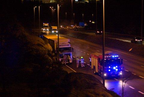 Et vogntog fikk stans på E6 ved Assurdalen tirsdag kveld etter meldinger om røyk fra motoren.
