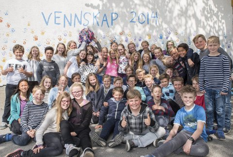 For vennskap, inkludering og sosial kompetanse: Allerede i 2014 lagde elevene ved Østre Halsen skole vennskapsvegg. Her viser de fram heklingsballen de sammen har laget, som skal symbolisere samhold.