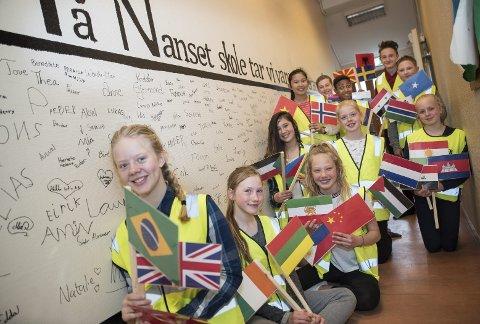 Vennskapsvegg og flagg: Integrering på tvers av nasjonaliteter har stått i høysete i Nansets VIS-prosjekt. Foran f.v.: Frøydis Hvaara (13), Dominyka Vaikutyte (12), Mari B. Karlsen (13), Isabella H. Hagen (12), Cecilia M.H. Bakken (12), Victoria K. Schumacher (12), Martha Nguyen (12), Erik M. Knutsen (13), Joachim O. Hansen (13), Simen N. Nilsen (12) og Alan Deolic (13).