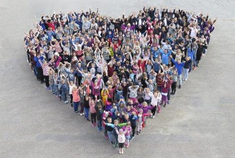 Kvelde skole med markering av vis: Elever og ansatte ved Kvelde skole har markert vennskap, inkludering og sosial kompetanse gjennom en rekke formingsprosjekter som ble utstilt på skolens Åpne dag. I tillegg har de lansert en egen nettkampanje kalt «VIS på nett» og strikkeluer mot mobbing.foto: kvelde skole