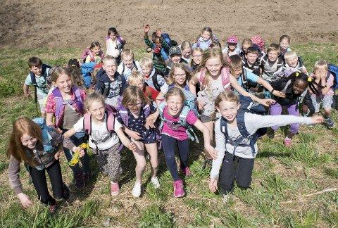 Vis i naturen: Elevene på Sky skole markerer VIS på en rekke måter. Blant annet flyttes undervisningen gjerne ut i nærområdene. Dette bidrar til læring av sosial kompetanse i undervisningen, mener lærer Håvard Torp.