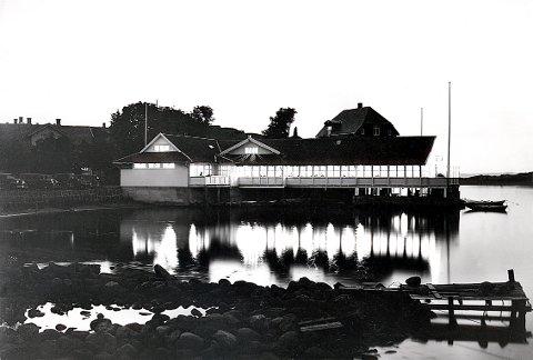 """KRONPRINSTOMTA har navn etter sommerrestauranten """"Kronprinsen"""". Den hvilte på påler utover i sjøen, akkurat som restaurantene """"Kongen"""" og """"Dronningen"""" i Oslo. Eldste del av restaurantbygningen var egentlig anlagt som sjøbad."""