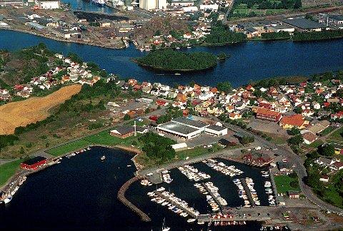 ØSTRE HALSEN:  Kommer navnet Halsen av sandhalsen mellom Hølen (nærmest) og Lågen, slik dette flyfoto er ment å illustrere? Eller kommer det av elvehalsen mellom Steinsnesfjellet og Oseberget i bakgrunnen til venstre?