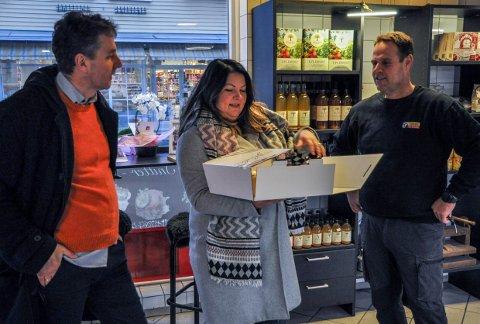 VANT KAKE: Paal-Espen Wingaard (t.v.) og Stine Tvedt kom til Abrahamsen kjøttforretning med en kake Larviks befolkning hadde stemt frem til dem.