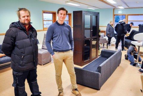 INNFLYTNINGSDUGNAD: Andreas Fugi Faugstad og styreleder i Valby barne- og ungdomsklubb Oliver Lauritzen (16)  er takknemlige for at Larvik kommune hørte på dem, slik at de nå kan flytte tilbake inn i lokalene i grendehuset på Valby. 11. januar var det dugnad for å få på plass møbler sponset av NovaSolo.