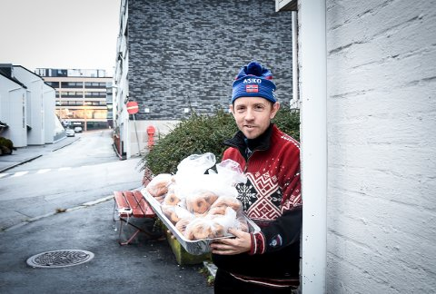 BAKERMESTER: Arve Holmsen ga bort 150 smultringer til Frelsesarmeen.