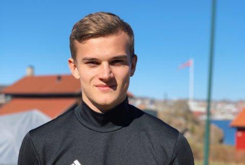 EGENTRENING: Kornelius Normann Hansen gjør som trenerne i England sier, hjemme i Larvik.