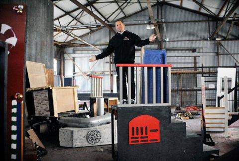 TRENGER PLASS: Det er ikke tvil om at teaterforeningen trenger et romslig lokale for å få plass til kulissene. Geir Thorstensen håper noen der ute kan bruke fantasien og tilby dem et lager.