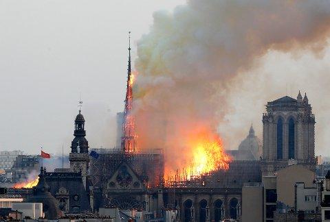 Om lag en time etter at brannen startet i Notre-Dame-katedralen, raste spiret midtskips ned. Store deler av taket er også borte. Foto: Thibault Camus / AP / NTB scanpix