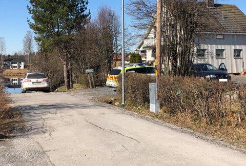 ENDTE HER: Biljakten endte opp i en blindgate ved Vesletjennet på Søbakken. Den ene personen løp avsted med bagen med narkotika, mens den andre ble sittende i bilen. (Foto: Truls Sylvarnes)
