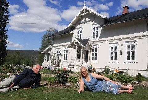 STOTRIVES: Oddvar og Elisabeth Solum falt pladask for den gamle skysstasjonen Elverhøi  på Hanestad i Rendalen fra 1878.