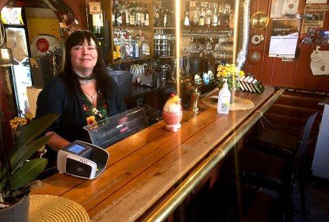 BEINA PÅ BAKKEN: Sailors Inn-driver Jane Luggens gleder seg over regjeringas skjenkenyhet, men beholder beina på bakken enn så lenge.