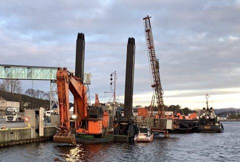 Bamble kommune har fått klage på støy fra Langesund fergeterminal når utstyr klarlegges både søndag kveld og tidlige morgener. Det er anleggsutstyr til bruk i anleggsarbeidet i Prosjekt Innseiling Grenland som lagres på Langesund fergeterminal.