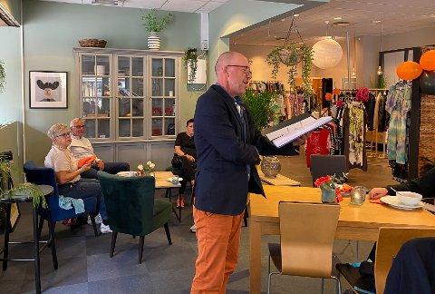 FORSMAK: Lars Vik leste høyt fra biografien om Bjørg Vik.