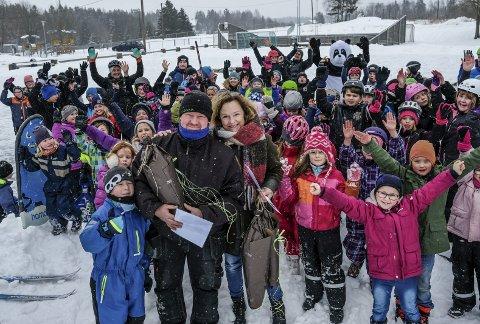 Jublet for ildsjelene: Alle barna var samlet i storefriminuttet for å hylle Rune Nakkim, Trond Vidar Tønsberg og Rakkestad brannvesen for det fantastiske arbeidet de har gjort for å lage skøyteis i skolegården.
