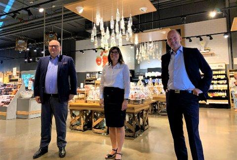 STORSTILT BESØK: Direktør for NHO Mat og Drikke, Petter Brubakk (t.v.) og NHO-sjef Ole Erik Almlid (t.h.) ble tatt imot av daglig leder Astrid Lier Rømuld.