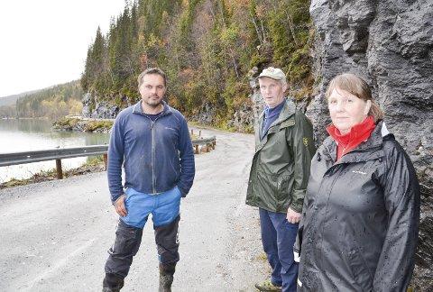 LITE FORNØYD: Tor Ivan Johansen (t.v.), Helge Guldvik og Rita Guldvik er lite fornøyd med at Langvassveien nå skal stenges fram til august neste år. Det betyr en lang omvei på grus. Foto: Gøran O. Pedersen