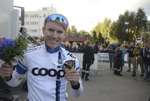 MEKTIG: August Jensen med det synlige beviset på at han var nest best av alle rytterne i Arctic Race. En prestasjon som imponerte alle.