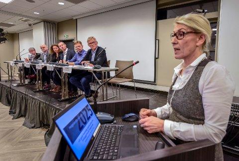Ressursgruppa la fram sin foreløpige rapport om Helgelandssykehuset 2025. 1. mars går høringsfristen ut. Her fra dialogmøtet, til høyre administrerende direktør i Helgelandssykehuset, Hulda Gunnlaugsdottir.
