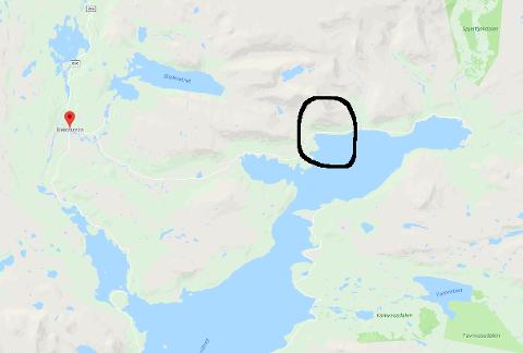 Skarlia ligger helt nord i Røssvatnet, ringet rundt på kartet. Bleikvassli til venstre i kartet.