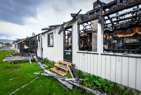 BYGGES OPP: Restene av firemannsboligen som brant skal fjernes, og et nytt hus i to etasjer skal reises..
