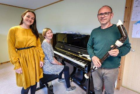 Fra venstre: Thale Jørstad, mezzosopran, Tove Sjåfjell på klaver og Sjur Berglann i Ensemble borealis på Nesna skal ha cabaret-pub.