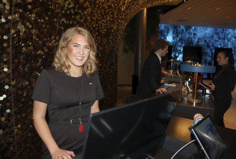 Det er hektisk i resepsjonen på Norges største hotell, men Lilly Smørvik trives godt. Foto: Stig Bjørnar Karlsen