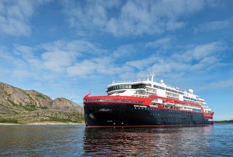 Det er avdekket smitte av covid-19 hos 33 av mannskapet på Hurtigrute-skipet MS Roald Amundsen.
