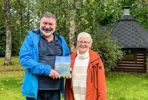 Redaktør Per Jomar Hoel og artikkelforfatter Esther Ødegård er nå klare med enda ei årbok for Hemnes. - Her er det historier fra hele kommunen, sier Hoel.