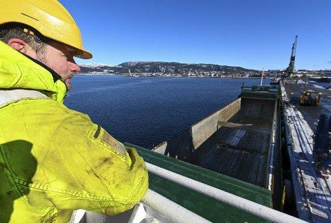 Utsikt: Oppe ved brua på lastebåten har tallyman Nils Skog god utsikt til arbeidet som foregår både i lasterommet og oppe på kaia. Han skal ikke vri så mye på hodet før han har perfekt utsikt over byen også.