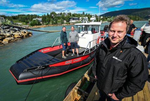 Her er kjøperne ombord og prøvekjører den for første gang. Ernst Olav Helgesen og Anders Grønås sammen med salgssjef ved Helgeland plast Freddy Braseth.