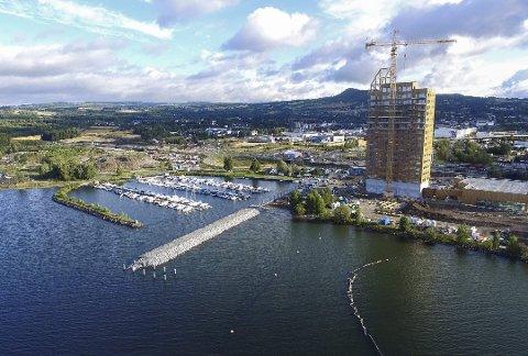 NYE BRYGGA: Den nye brygga i Brumunddal skal være ferdig i sommer. Det vil ikke bli rutetrafikk fra brygga, men charterturer som blant annet tema-cruise. Illustrasjon: Norconsult