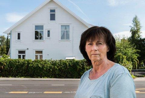 Lise Bye Jøntvedt har opplevd ved tre anledninger at det har blitt skutt på huset med paintballgevær.