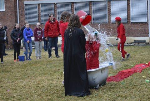 Årets russedåp på Tyrifjord videregående ble en våt affære.