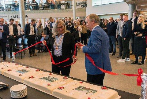 SNORKUTTING: Kirsten Orebråten og Arne Hovden fra Kunnskapsdepartementet sto for den offisielle åpningen av Campus Ringerike.