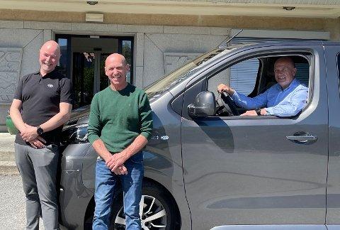 NY BIL: Lars Petter Mittet, Toyota Hønefoss (fra venstre), Sven Otto Sundby, leder av Arbeidssenteret og Syver Leivestad, ordfører i Hole kommune.