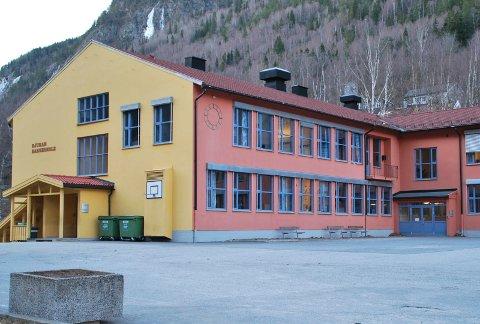 BARNESKOLE: I løpet av helga fikk politiet melding om at en rute var knust på Rjukan barneskole. Nå oppretter politiet sak. Dette er den sjette knuste ruta bare på ett år (arkivbilde)