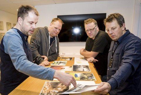 Juryen vurderer alle månedsvinnerne i fjorårets fotokonkurranse. F.v. kunstfotograf Ronny Østnes, fotosjef i Romerikes Blad Hans Olav Nyborg, frilanser Vidar Sandnes og juryens leder, Tom Gustavsen.