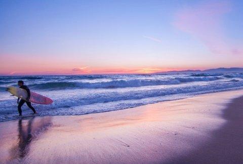 FIRE S-ER: §'Sol, sand, sjø!» er det offisielle mottoet. Surfing kommer på en god fjerdeplass.