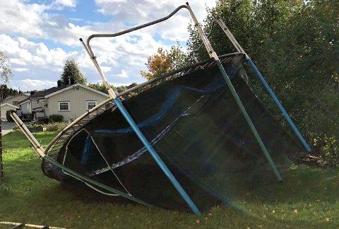 VINDFULLT: Onsdag dro vinden med seg denne trampolinen. Statsmeteorolog Vibeke Thyness opplyser at onsdagsværet var en liten generalprøve på hva som ventes fredag. Foto: RB-tipser