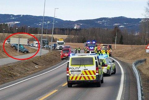 I SKRÅNINGEN: En av de to bilene havnet i denne skråningen. FOTO: EMIL VEGHEIM