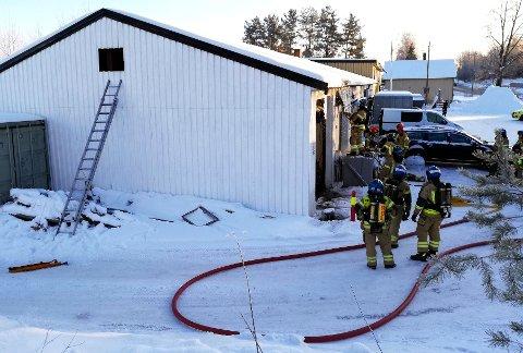 Brannvesenet jobber på stedet. Foto: Dan Åsen Hansen