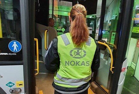 VARSLER KONTROLLER: Vektere skal fremover sjekke om de reisende har betalt for seg. Foto: Vestfold og Telemark fylkeskommune