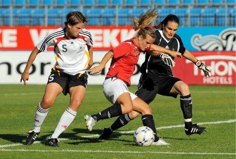 Melissa Wiik (i rødt) har spilt nesten 60 landskamper for Norge. Her ser vi henne i en landskamp mot Tyskland, som ble spilt på Komplett Arena i Sandefjord.